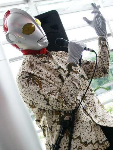 Ultraman Memakai Batik