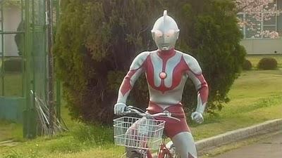 Ultraman Naik Sepeda