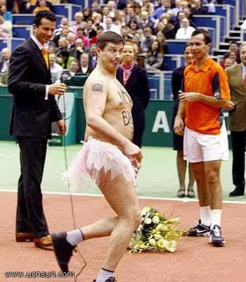 Lari Salah Kostum