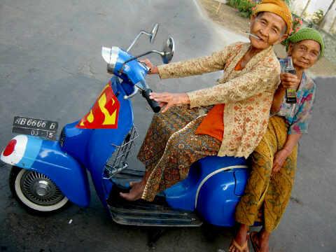 Nenek-Nenek Vespa | Foto Lucu